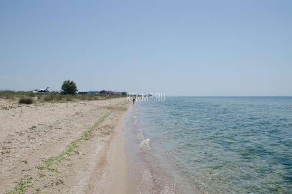 Длинный уединенный дикий пляж. Фото Заозёрного