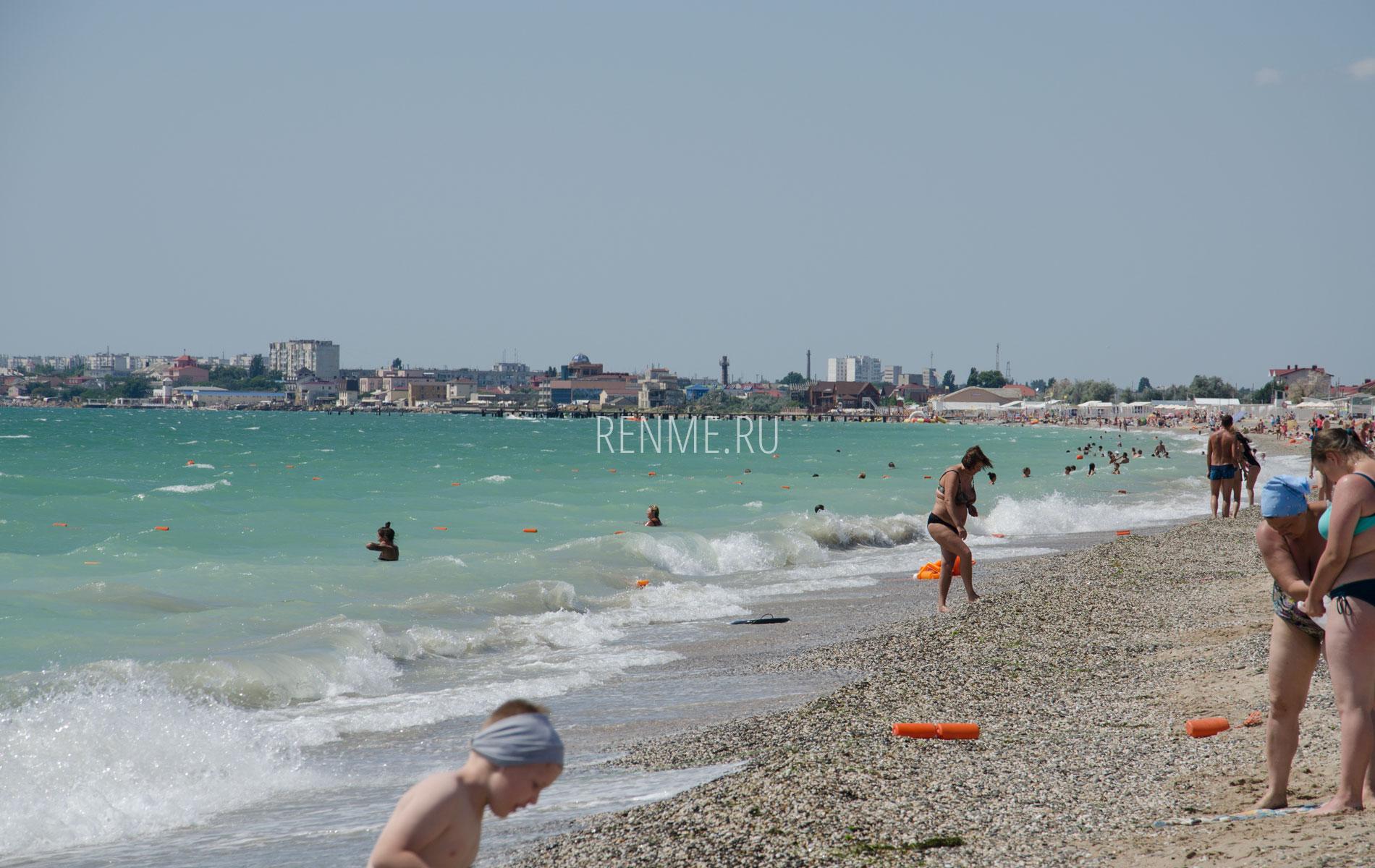 Песчано-галечный пляж в августе 2019. Фото Евпатории
