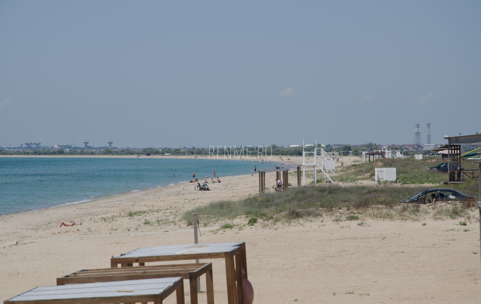 Пляж с песчаном дном в Заозёрном. Фото Заозёрного