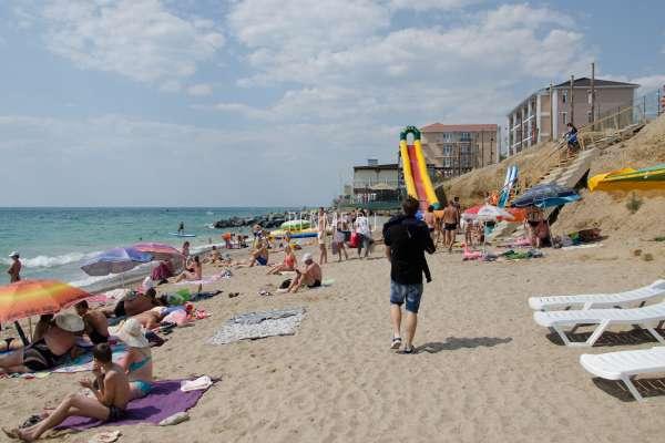 Отдыхающие на пляже в июне. Фото Николаевки