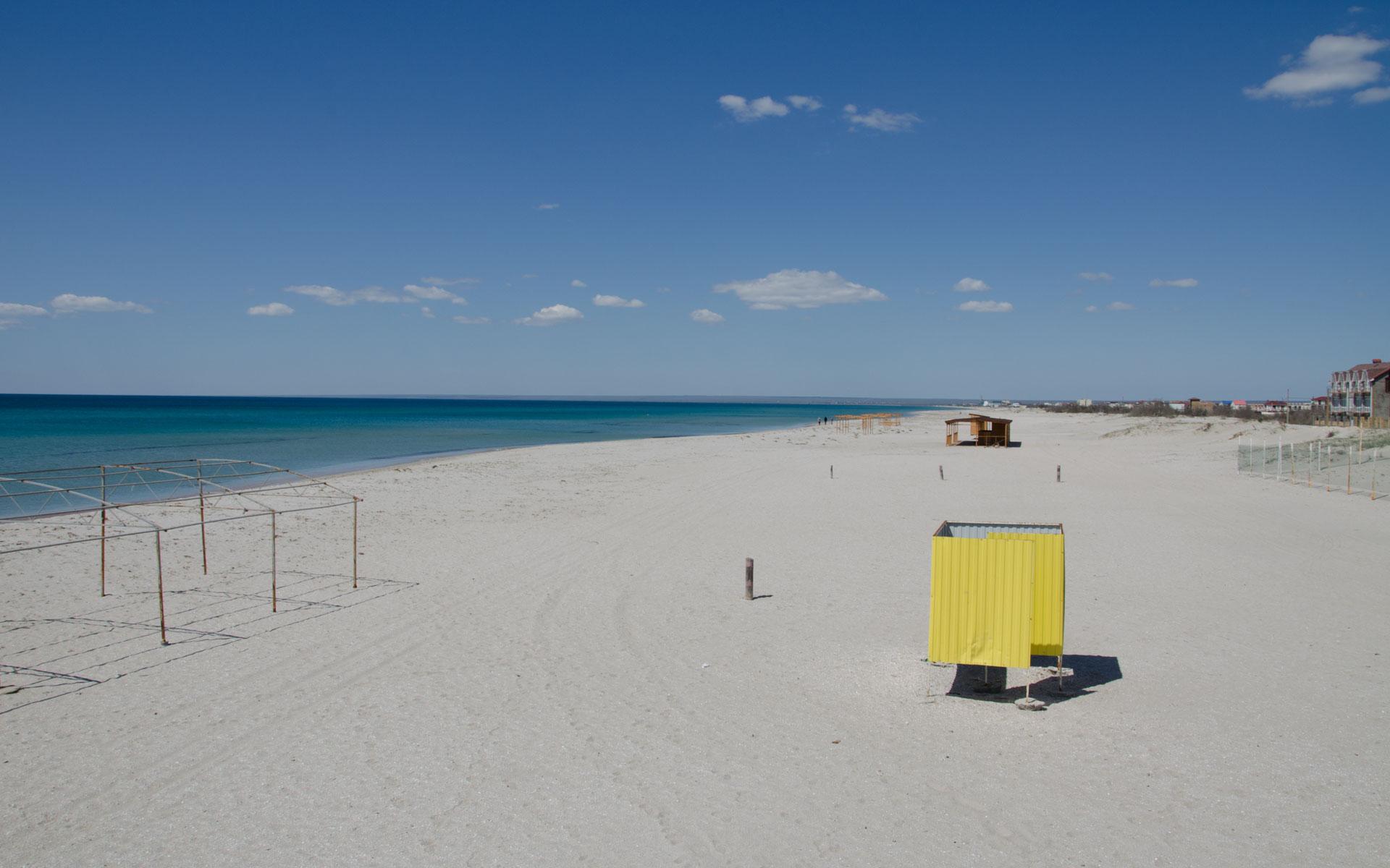 Пустой пляж в межсезонье. Фото Поповки