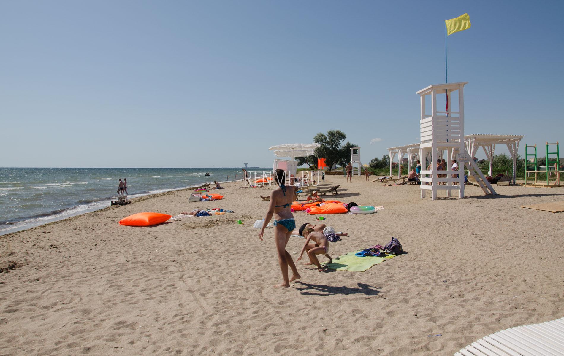 Июльский песчаный пляж в Заозёрном . Фото Заозёрного