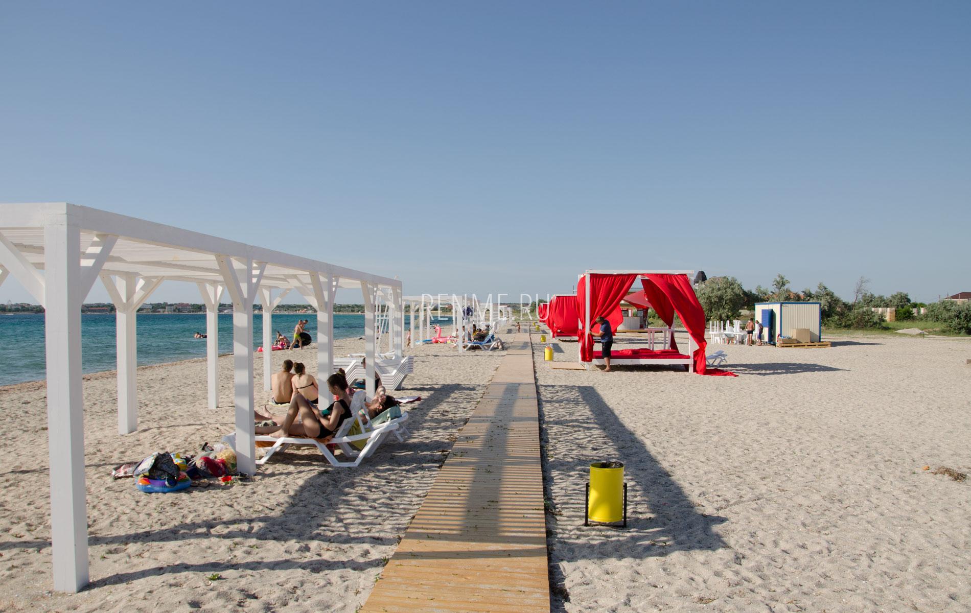 Туристы на пляже. Фото Межводного