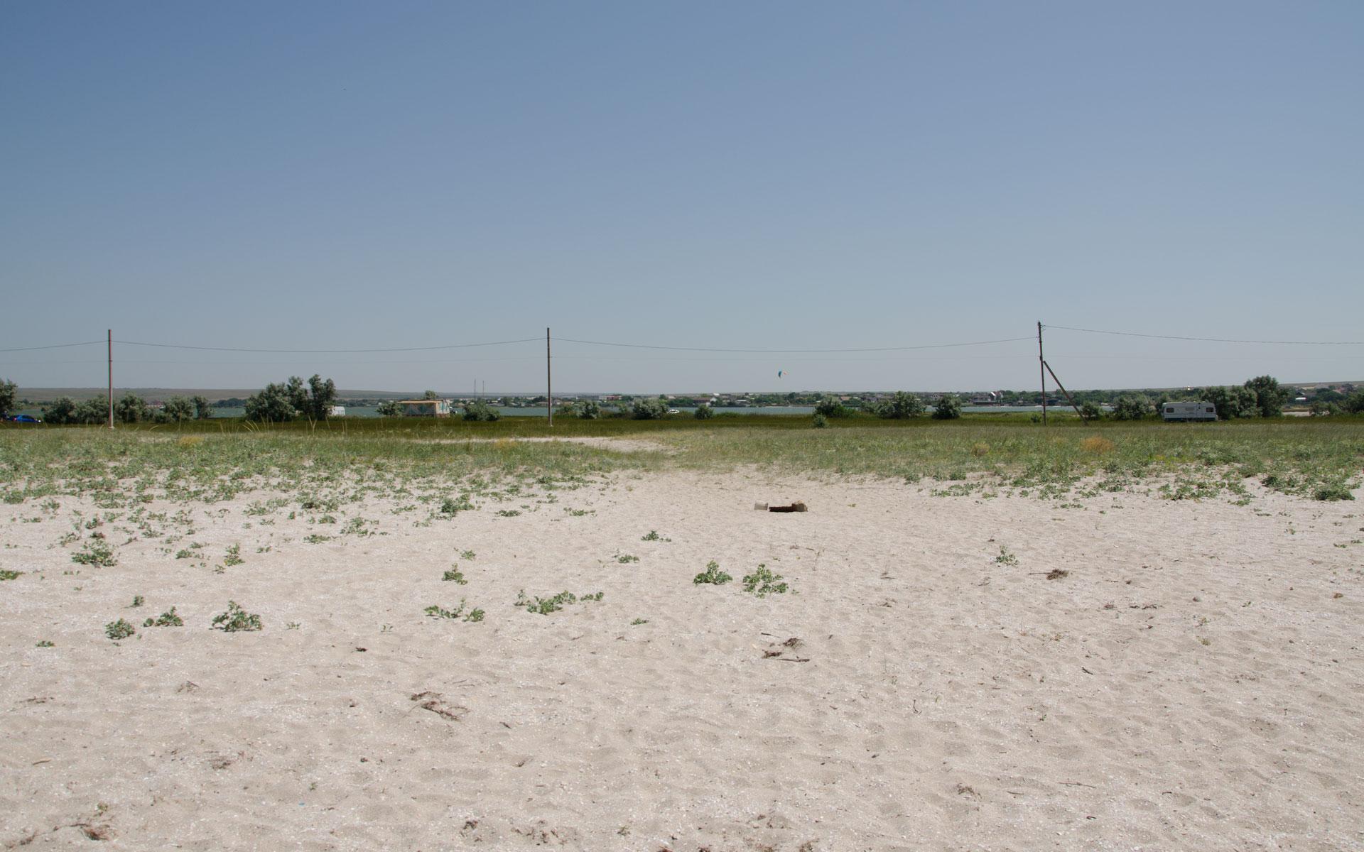 Дикий пляж ,озеро и серфингисты. Фото Оленевки