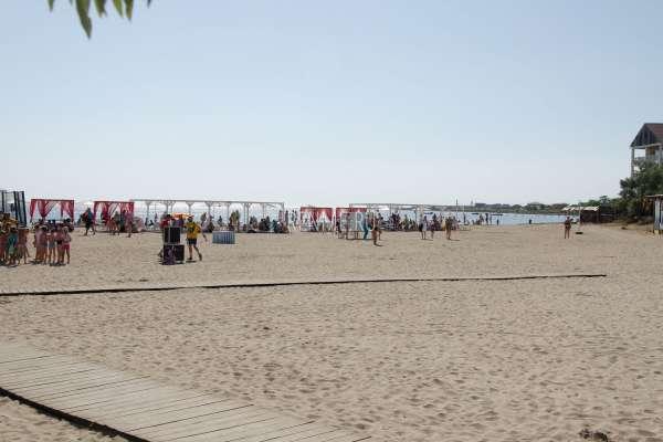 Песчаный пляж для отдыха с детьми. Фото Межводного