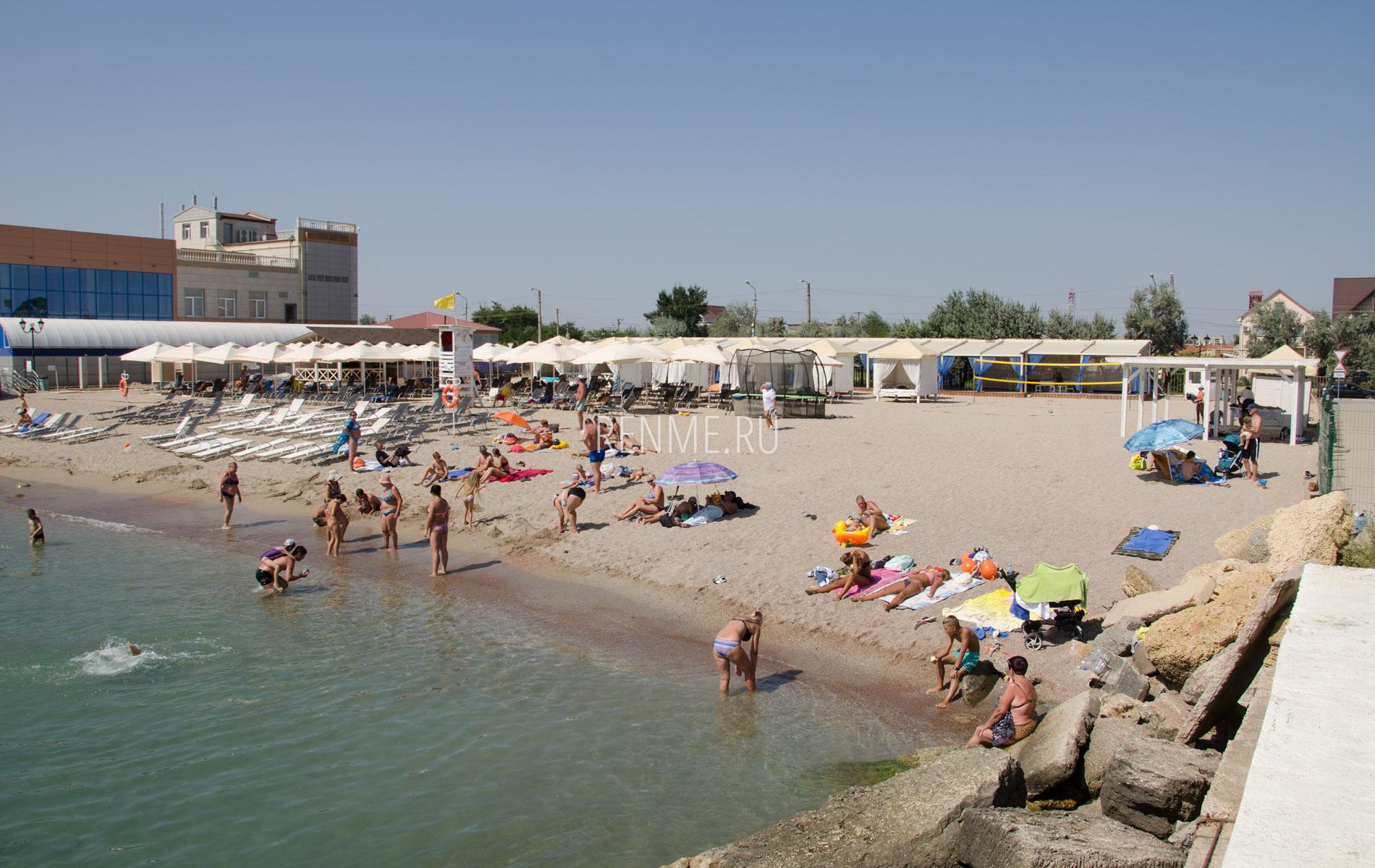 Чистый песчаный пляж Крыма. Фото Евпатории