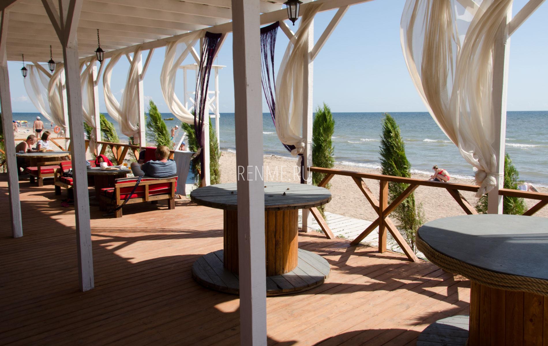 Кафе на пляже в Заозерном. Фото Заозёрного