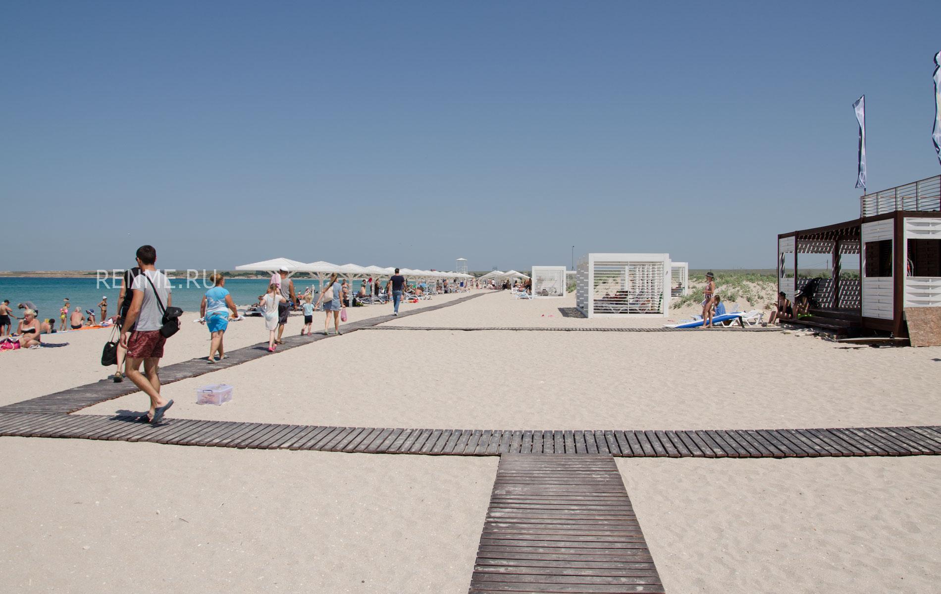 Пляж SUNSET справа от входа. Фото Оленевки