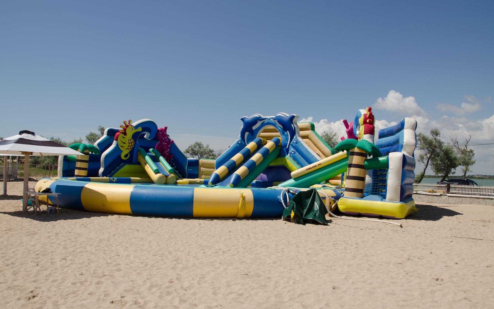 Детские развлечения на пляже Евпатории. Фото Евпатории