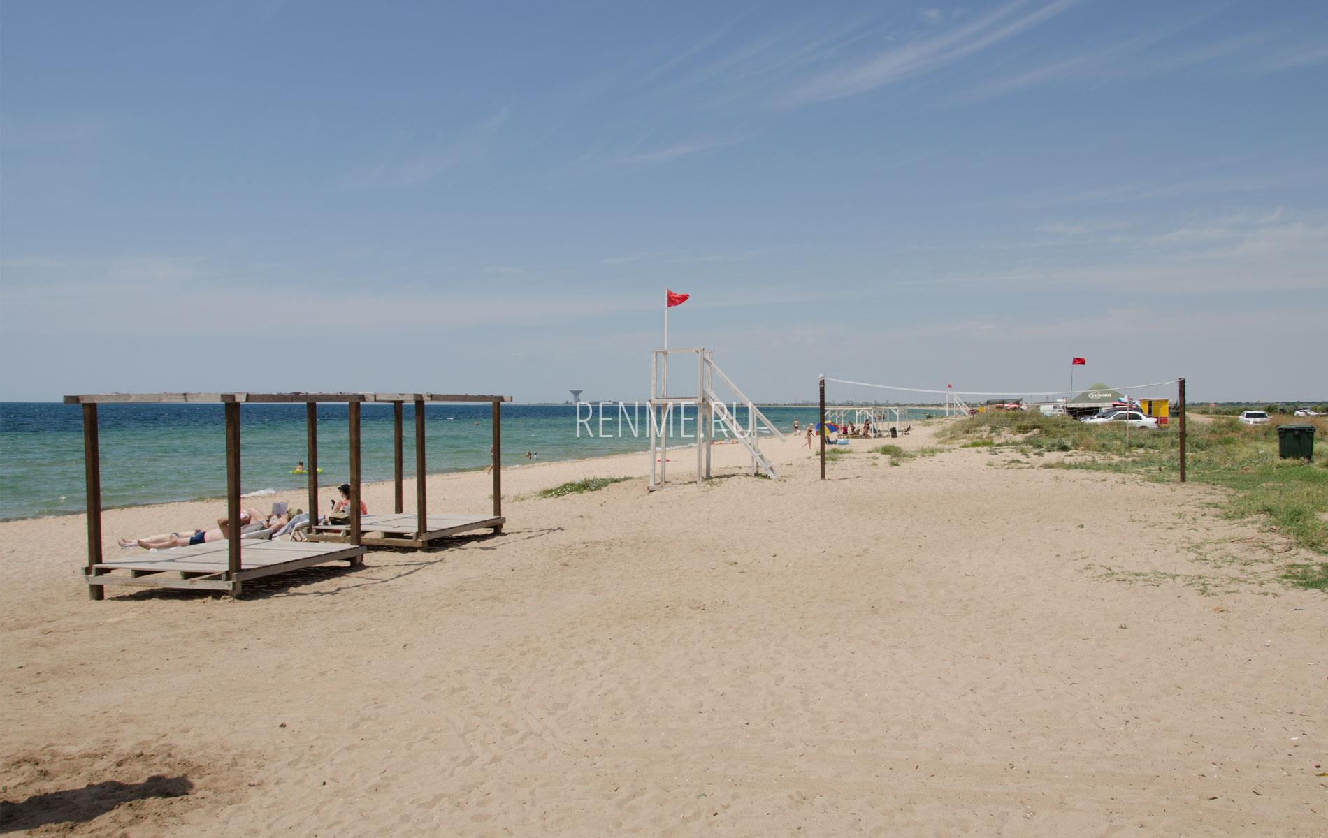 Пляж с бунгало и волейболом. Фото Заозёрного