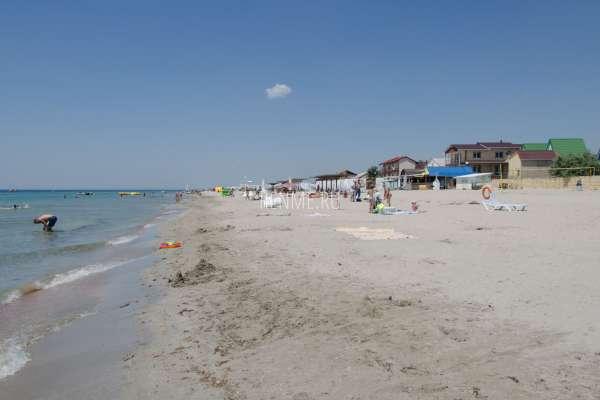 Белый пляж в Крыму летом 2019. Фото Штормового