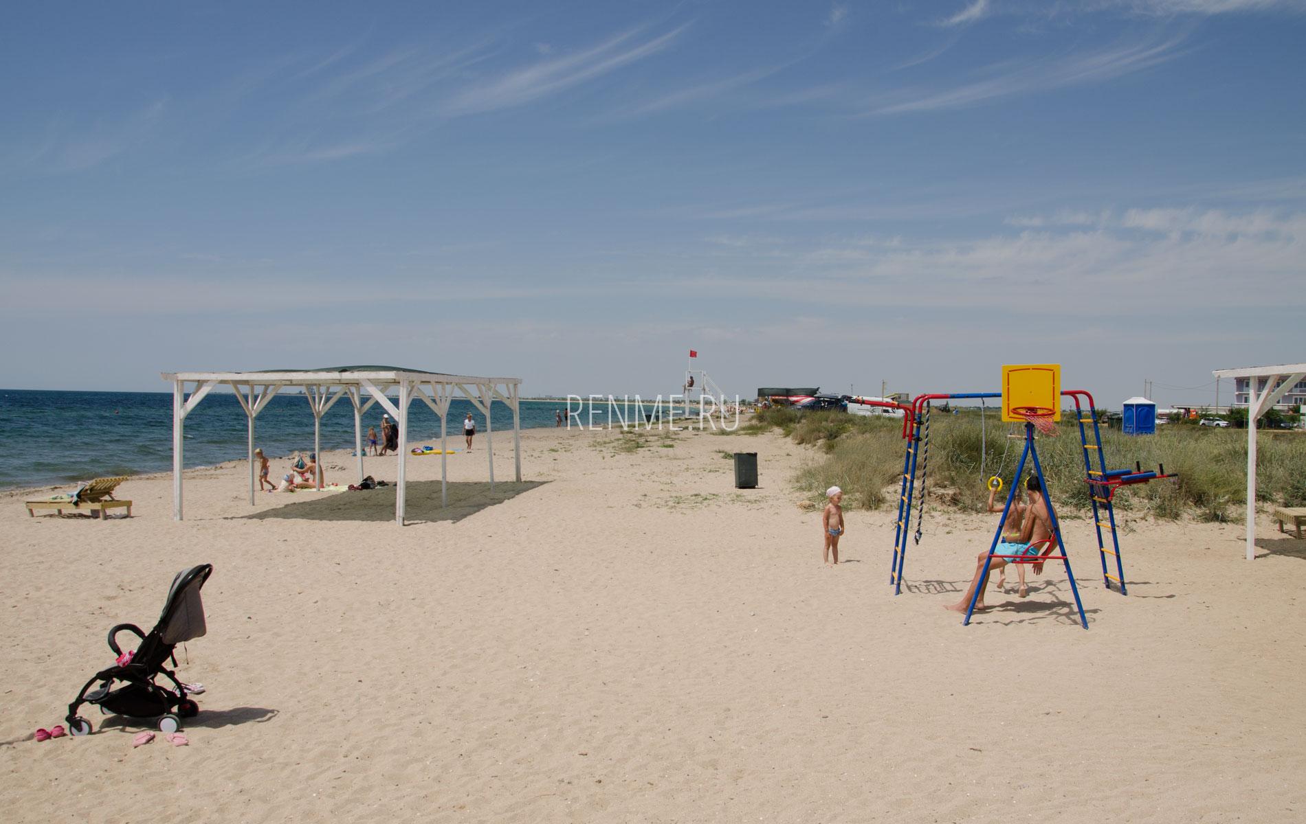 Пляж с детской площадкой. Фото Заозёрного