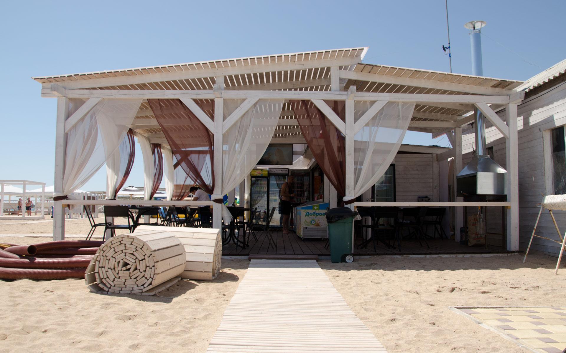 Кафе, бар на пляже Евпатории. Фото Евпатории