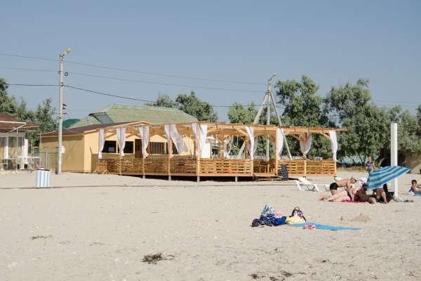 Удобное кафе на пляже Межводного 2019. Фото Межводного