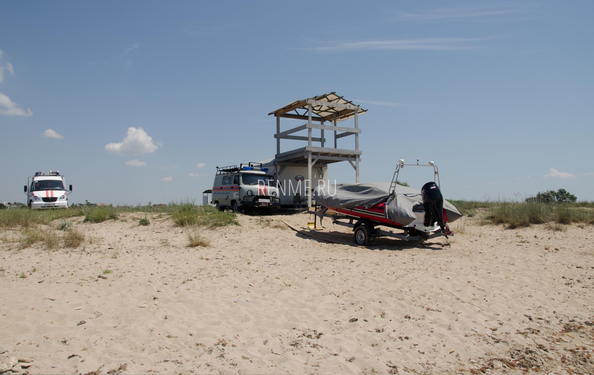 Спасатели на диком пляже. Фото Заозёрного