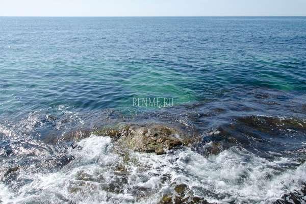 Скала в море. Фото Межводного