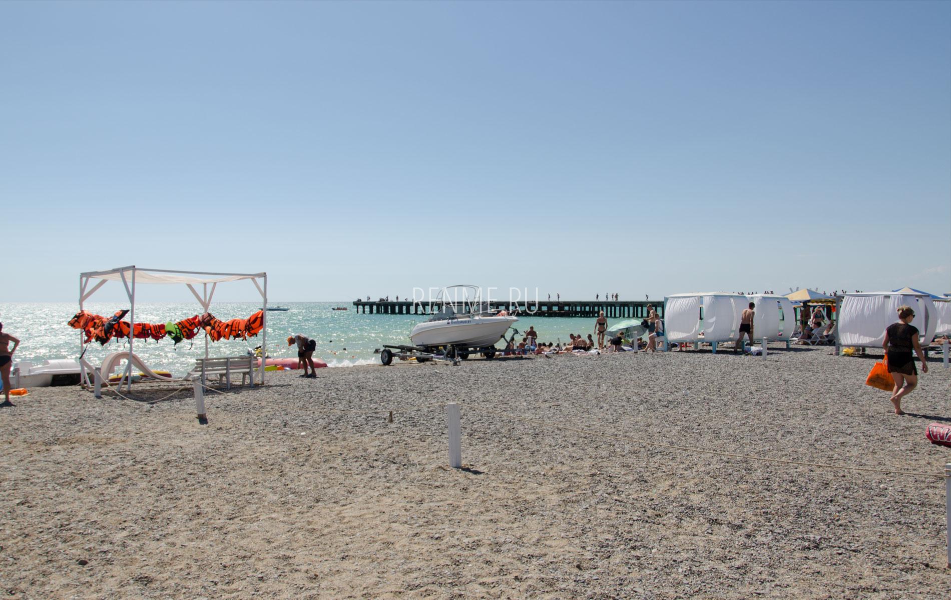 Водные развлечения на пляже в Новофедоровке. Фото Новофедоровки
