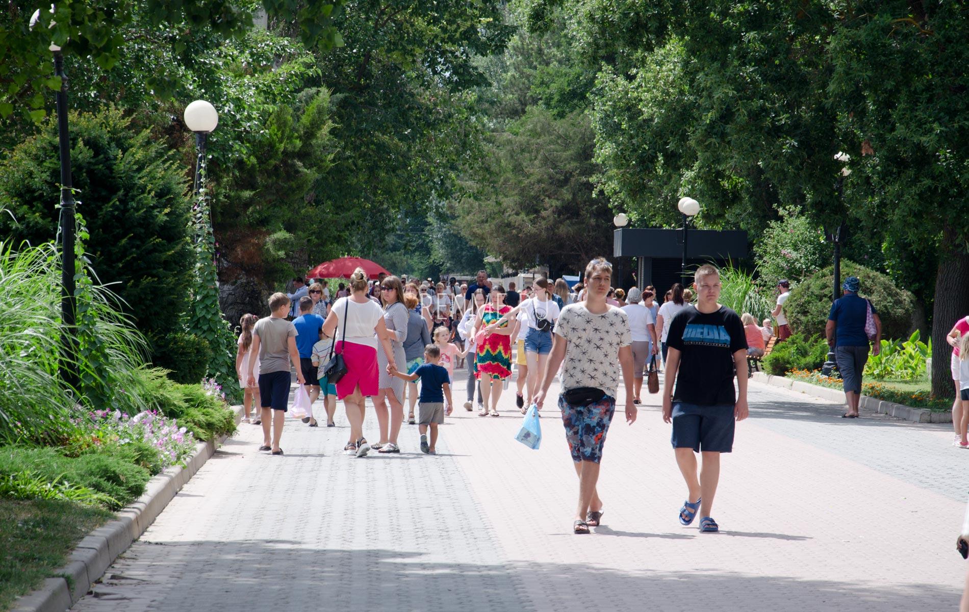 Гуляющие гости Евпатории в июлен. Фото Евпатории