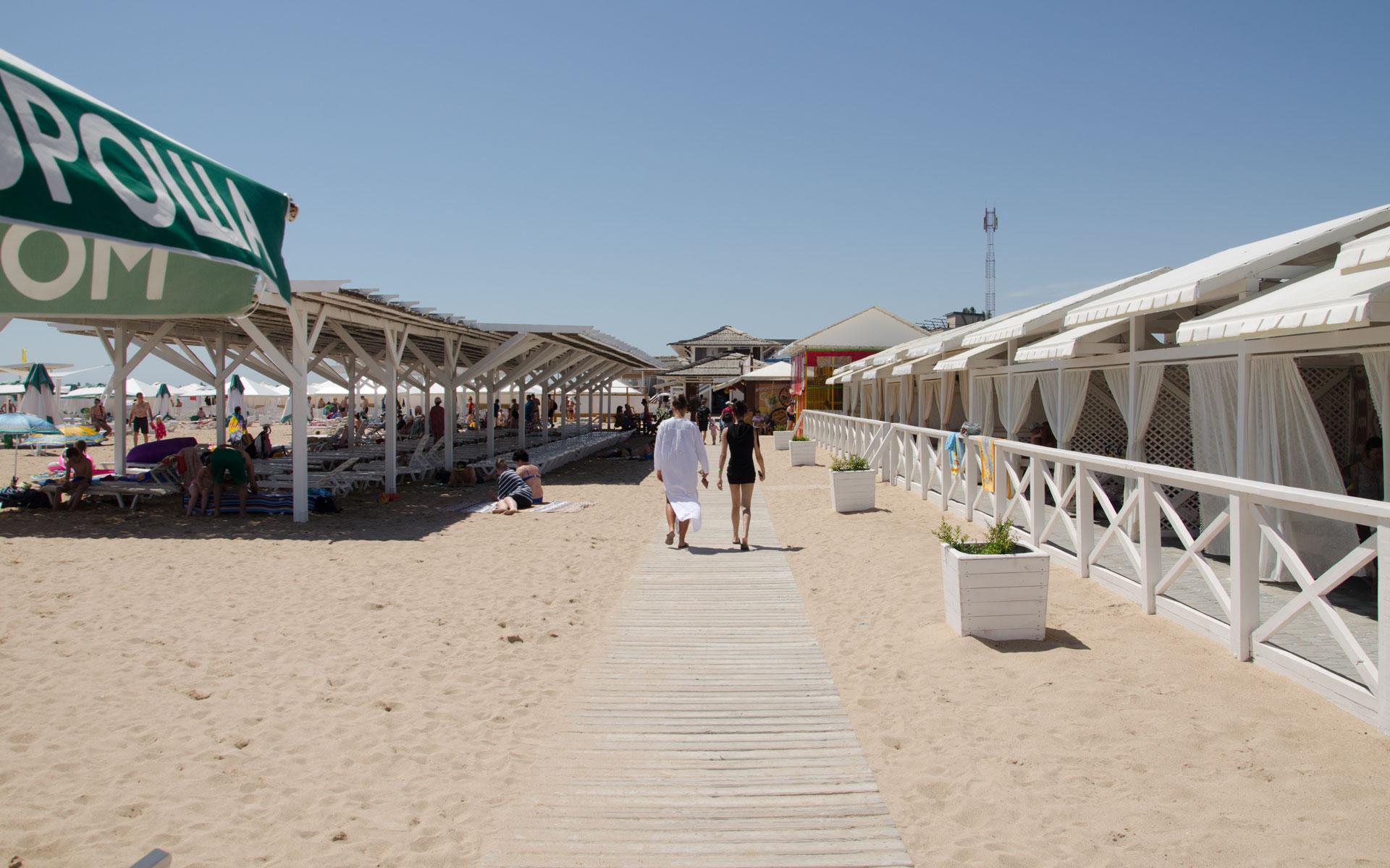 Теневые навесы на пляже Лазурный берег. Фото Евпатории