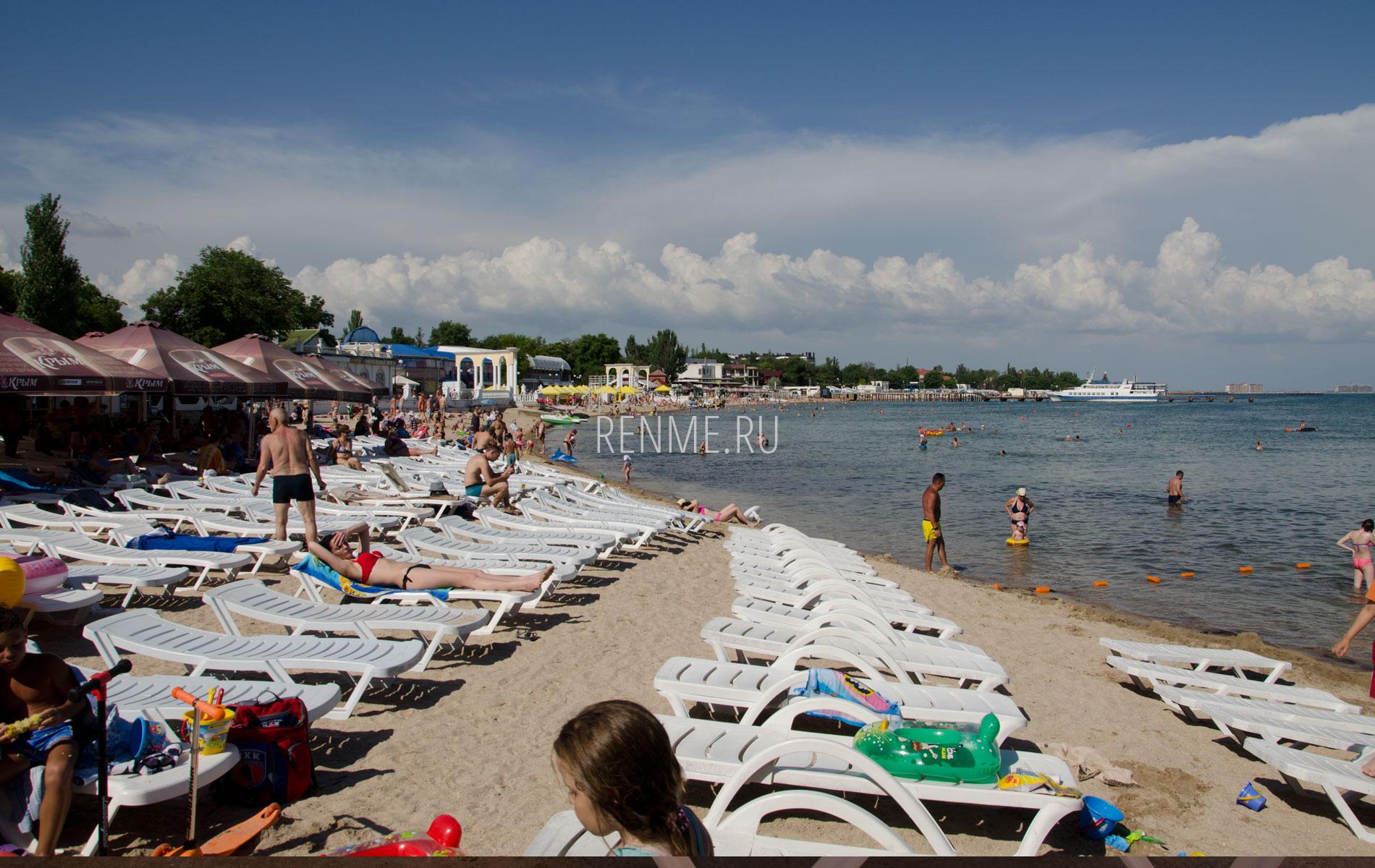Пляж с лежаками в Евпатории летом 2019. Фото Евпатории
