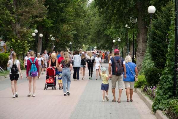 Гости Евпатории на набережной. Фото Евпатории