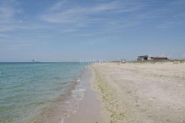 Большой песчаный пляж в Заозёрном. Фото Заозёрного
