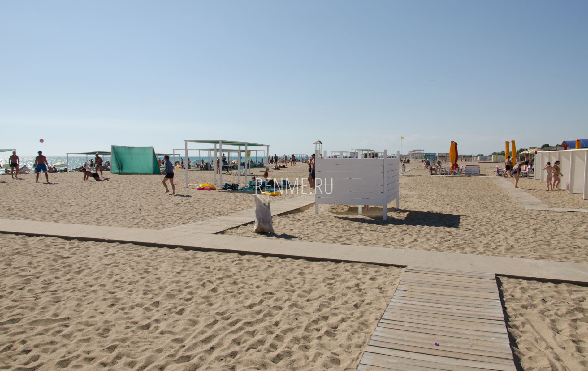 Песочный пляж с удобствами в Саках. Фото Сак