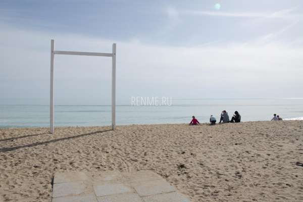 Пляж СуперАква в марте 2020. Фото Заозёрного