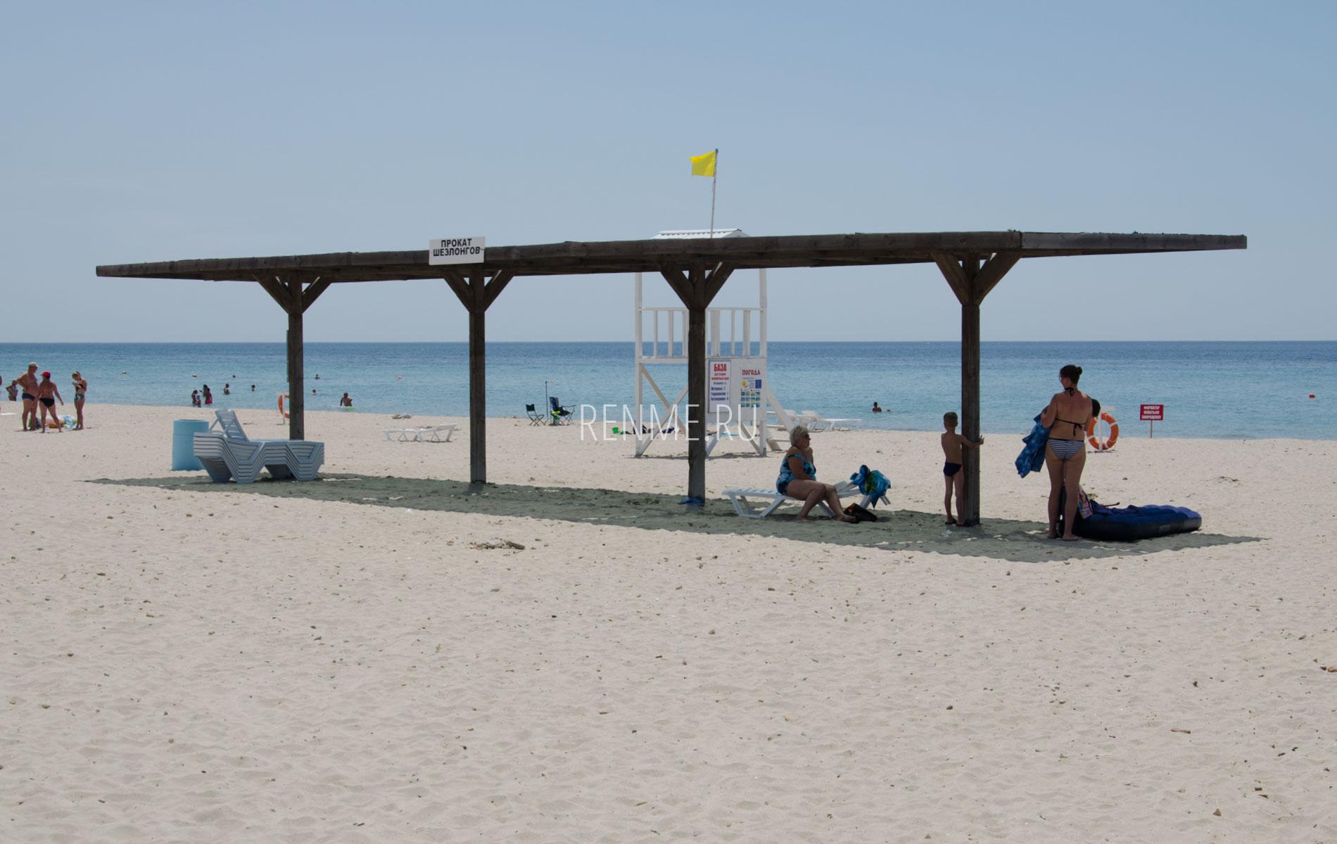 Крымский пляж с навесом. Фото Штормового