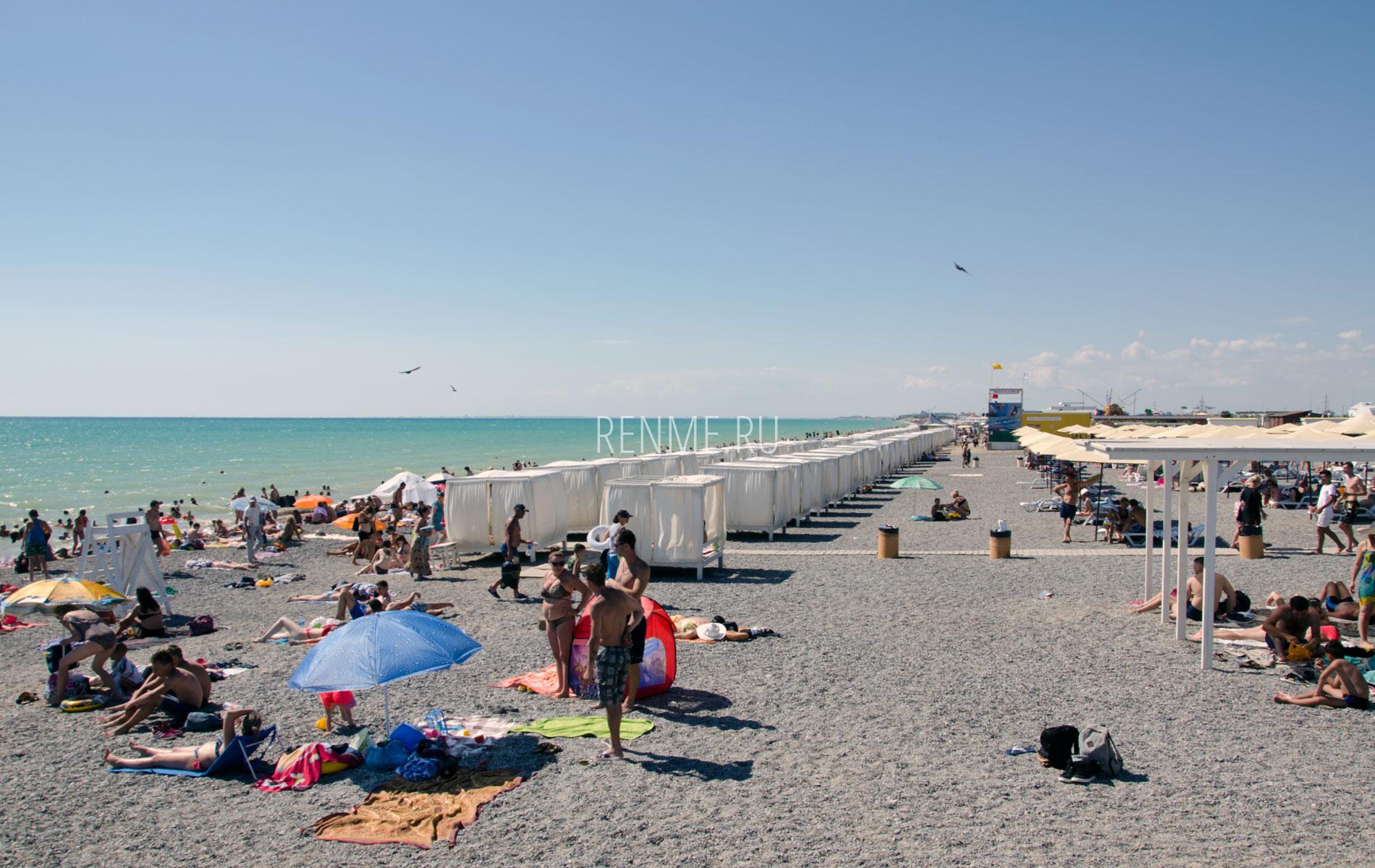 Галечный пляж с удобствами летом 2019. Фото Новофедоровки