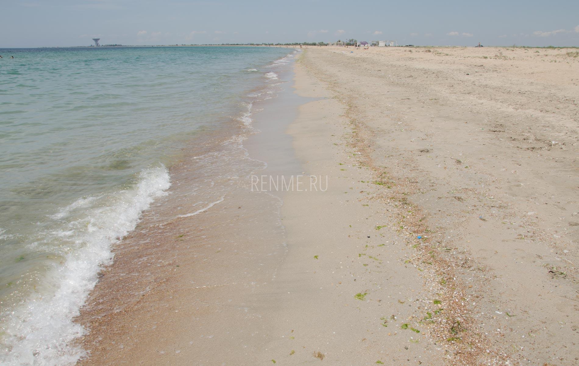 Песчаный пляж в России на море. Фото Заозёрного