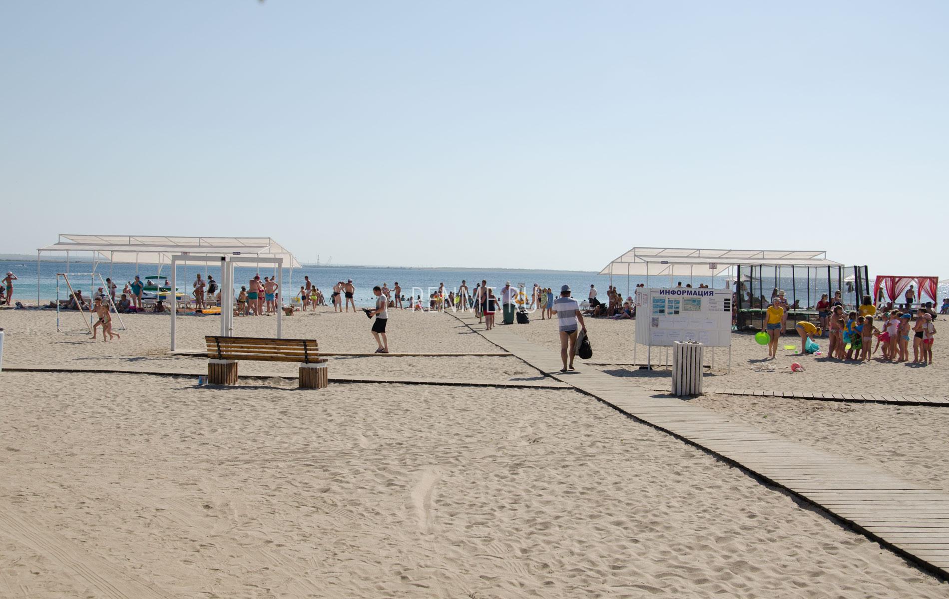 Песчаный пляж Межводного в сезон 2019. Фото Межводного