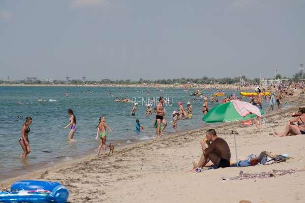 Песчаный пляж в августе. Фото Заозёрного
