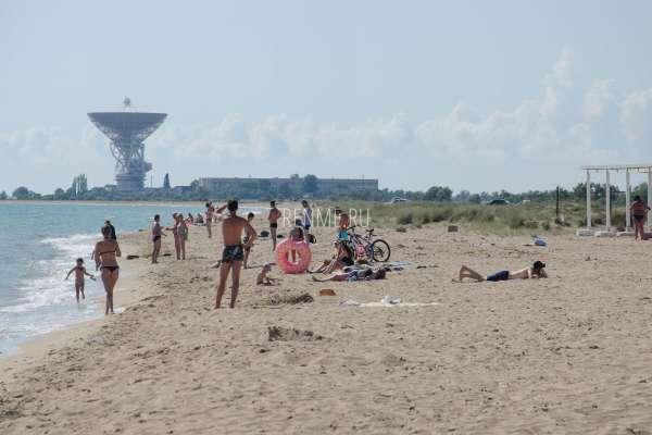 С ребенком на песчаный пляж в Крыму. Фото Молочного