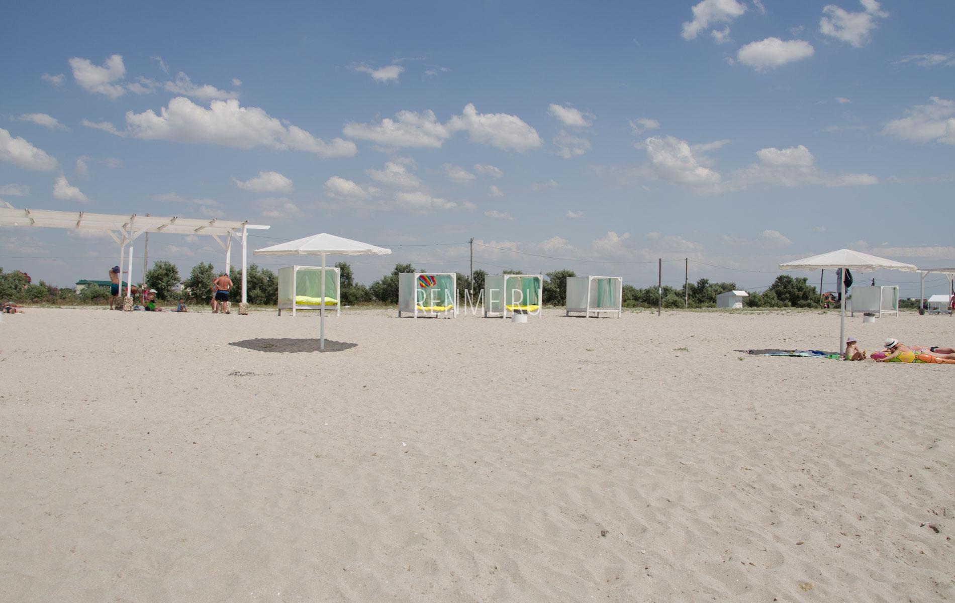 Бунгало на песчаном пляже в Штормовом. Фото Штормового