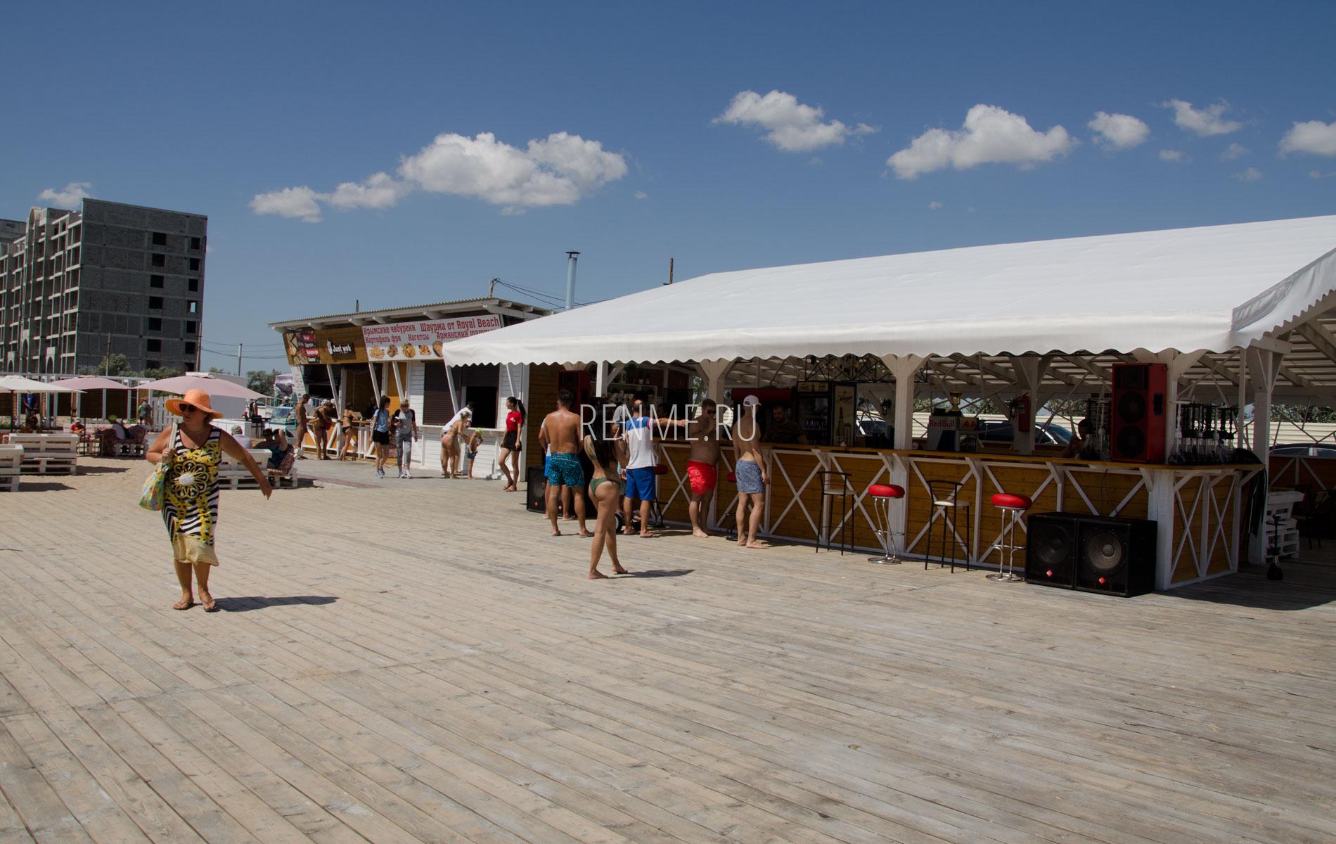 Кафе на песчаном пляже в Евпатории. Фото Евпатории