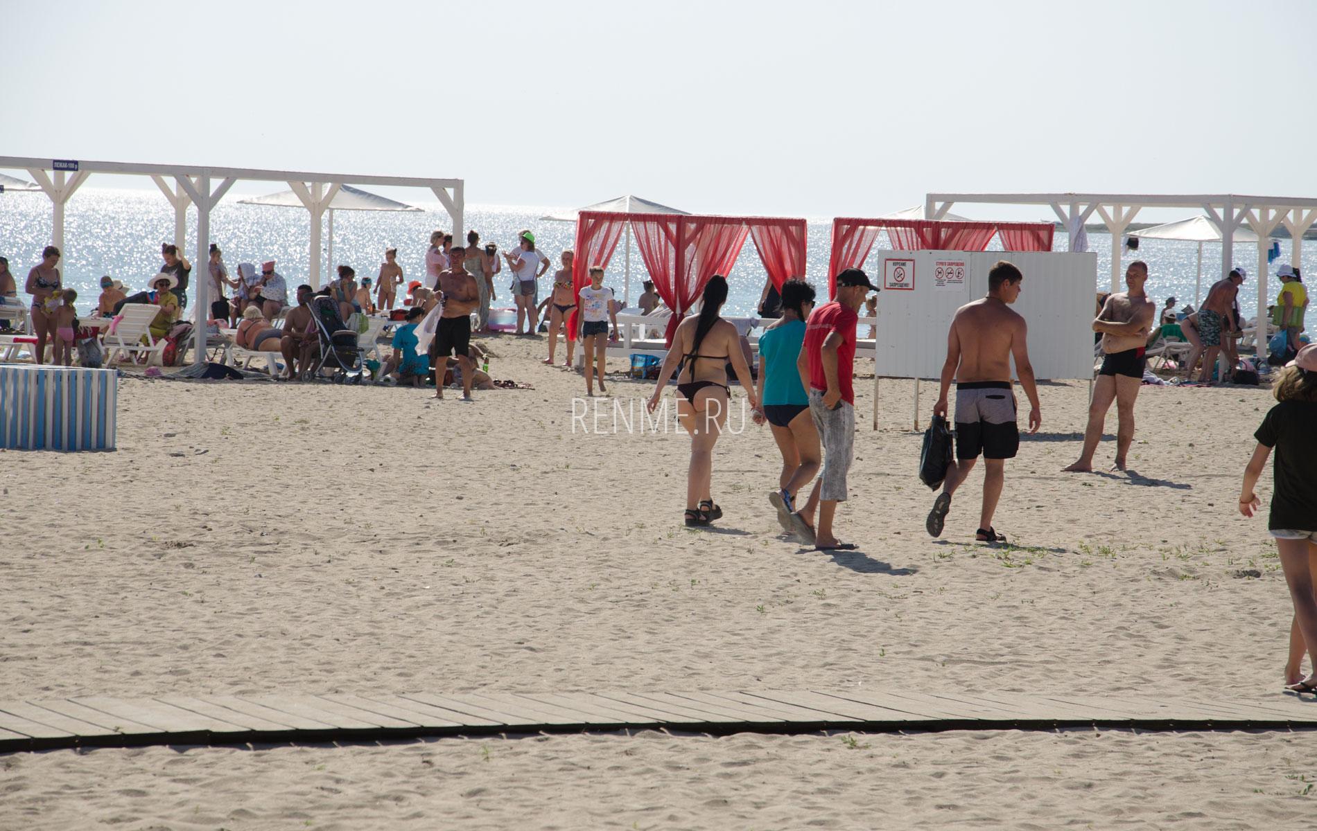 Песчаный пляж на Тарханкуте в Межводном. Фото Межводного