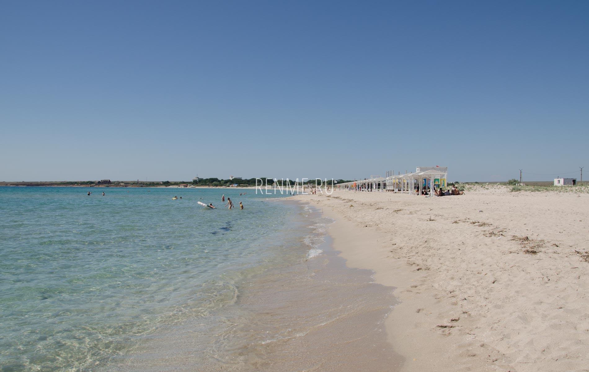 Пляж с белым песком в Крыму. Фото Оленевки