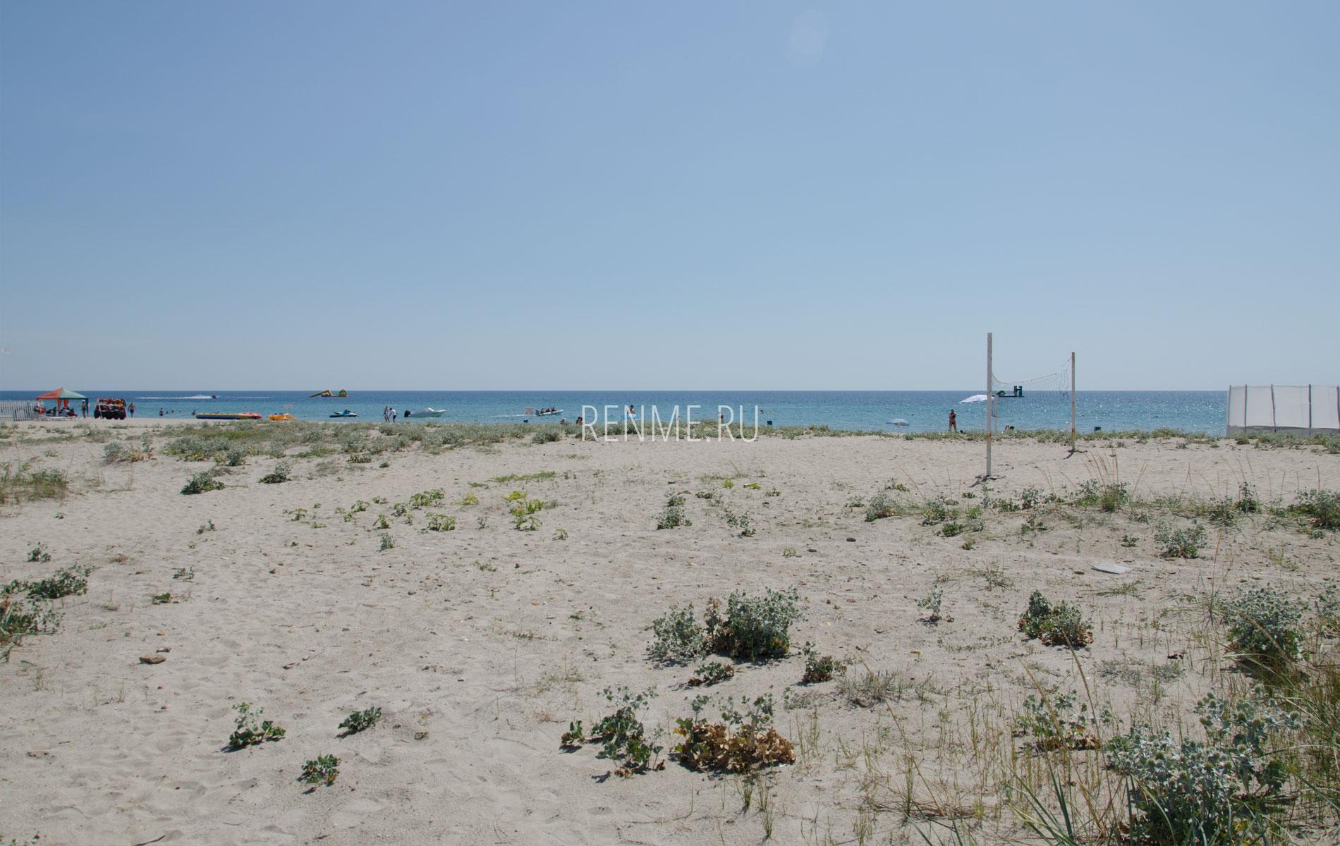 Крымский песчаный пляж летом 2019. Фото Штормового