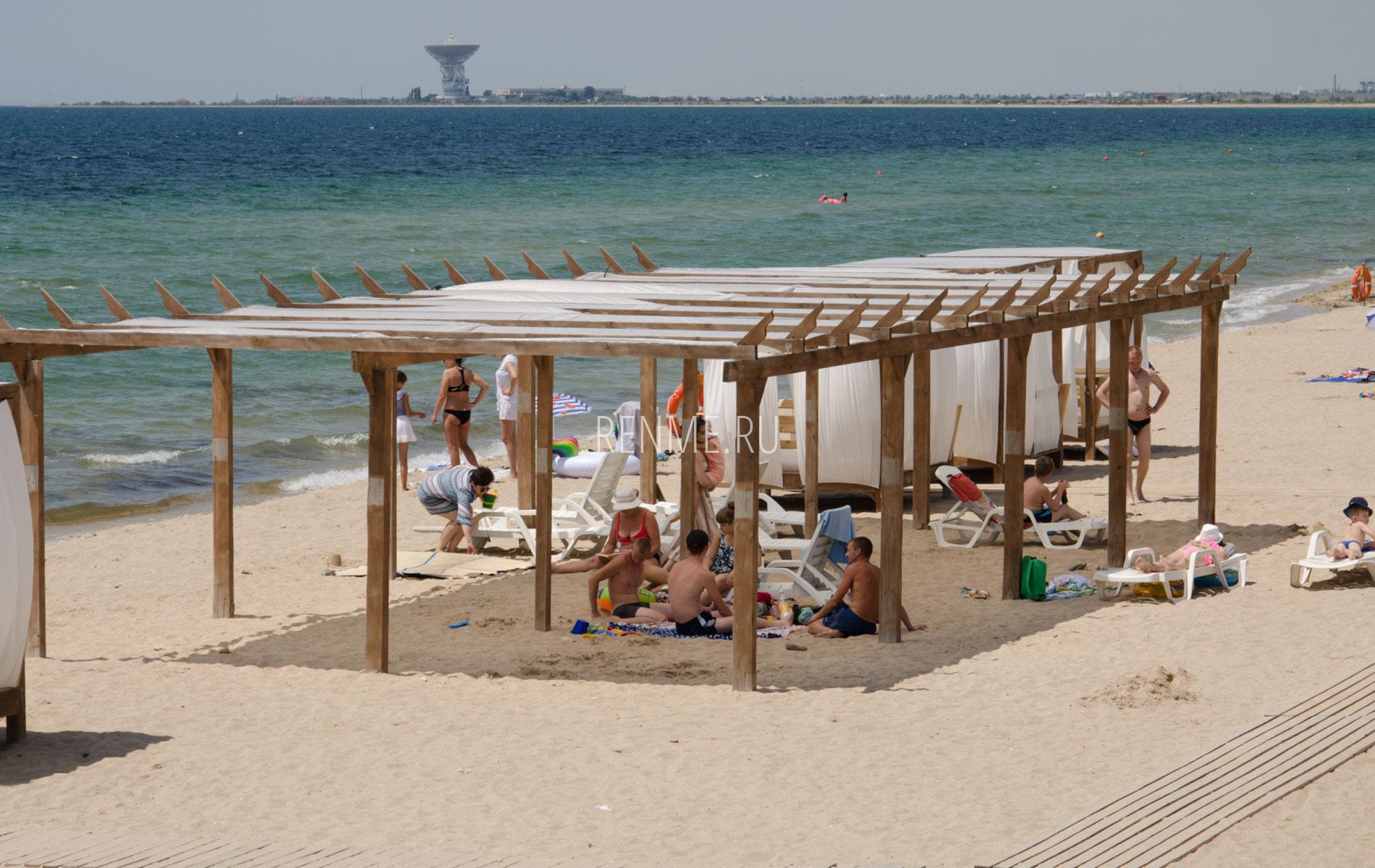 Теневые навесы на пляже в Песчанке. Фото Заозёрного