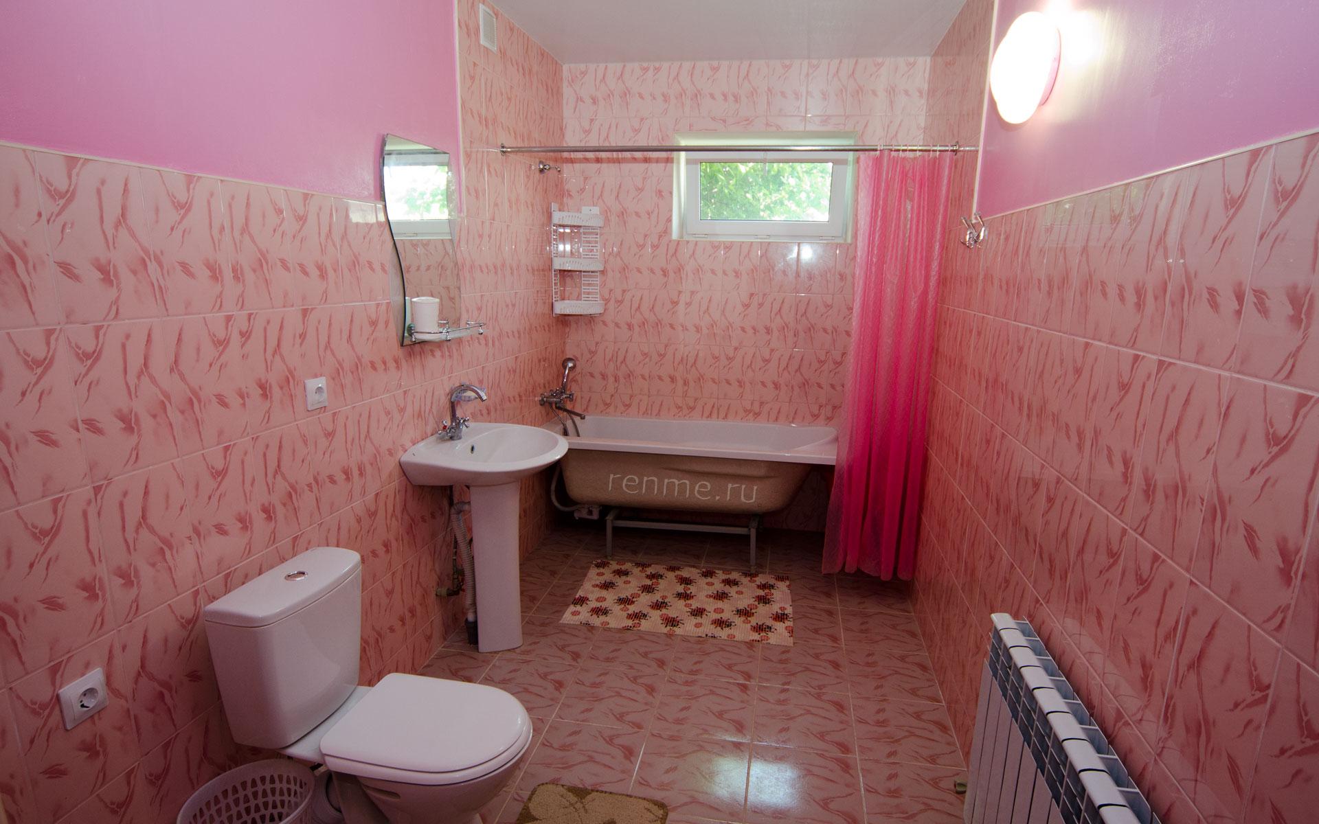 Туалет, ванна. Двухкомнатная квартира-студия на первом этаже. Апарт-отель на ул. Гайдара. Заозёрное