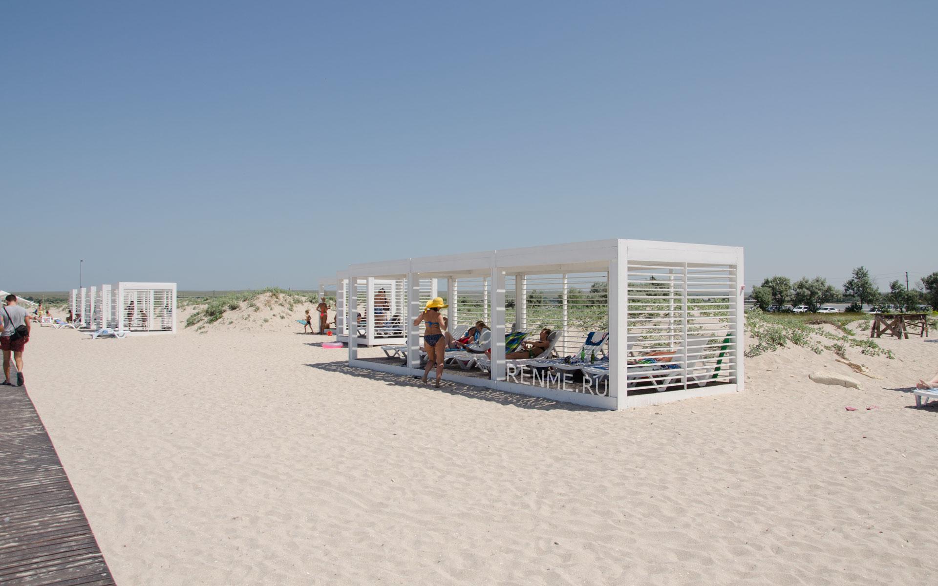 Место для отдыха на пляже. Фото Оленевки