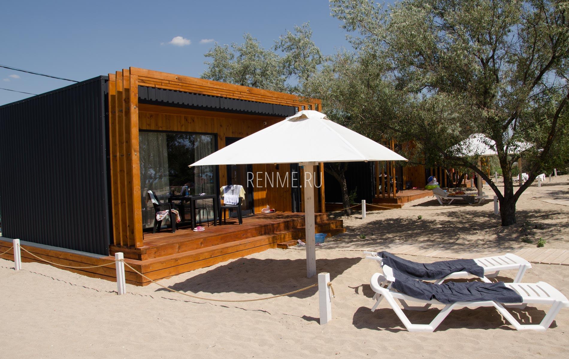 Домик с зонтом на пляже Супер Аква. Фото Заозёрного