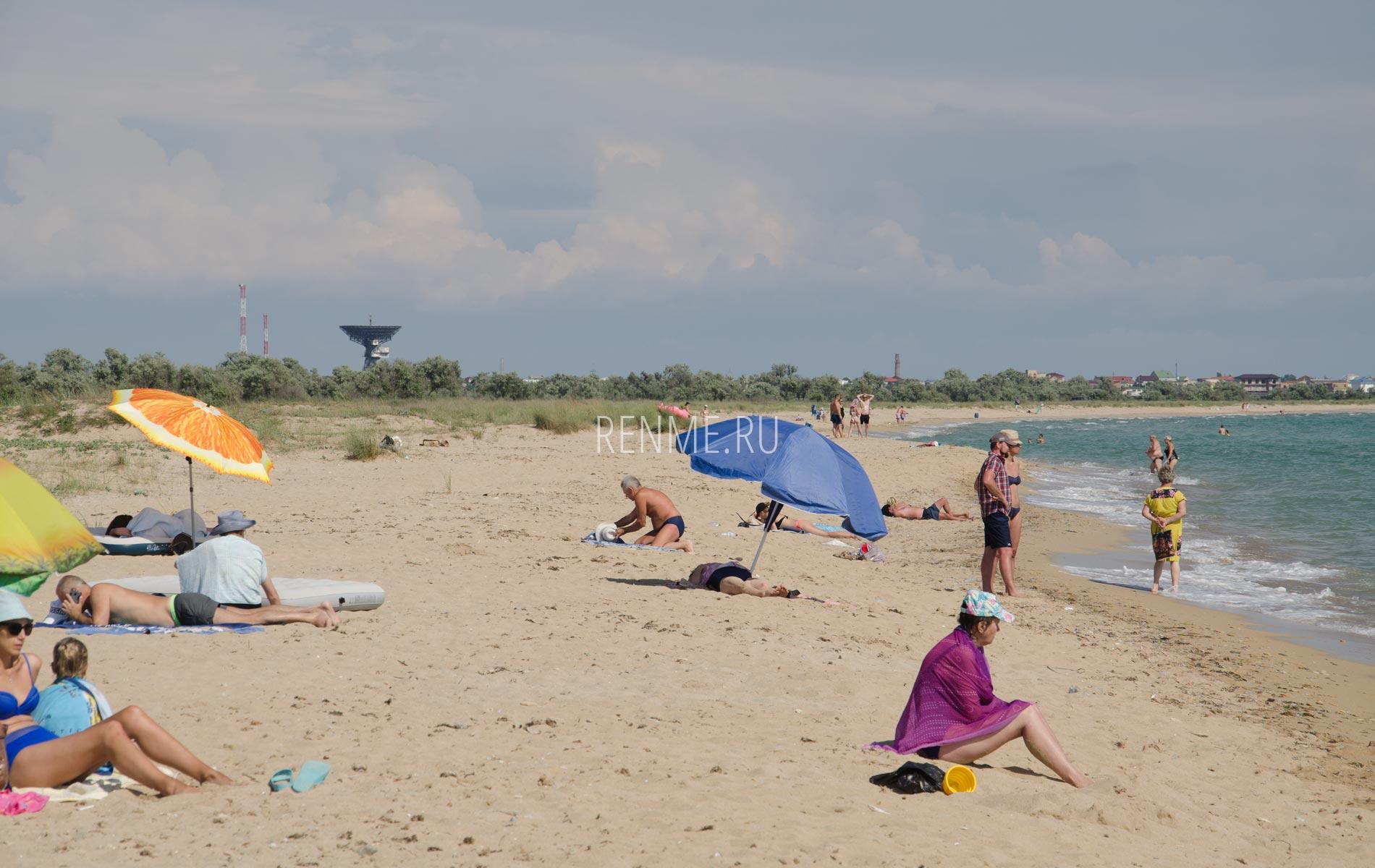 С зонтиком на пляж в Крыму. Фото Молочного