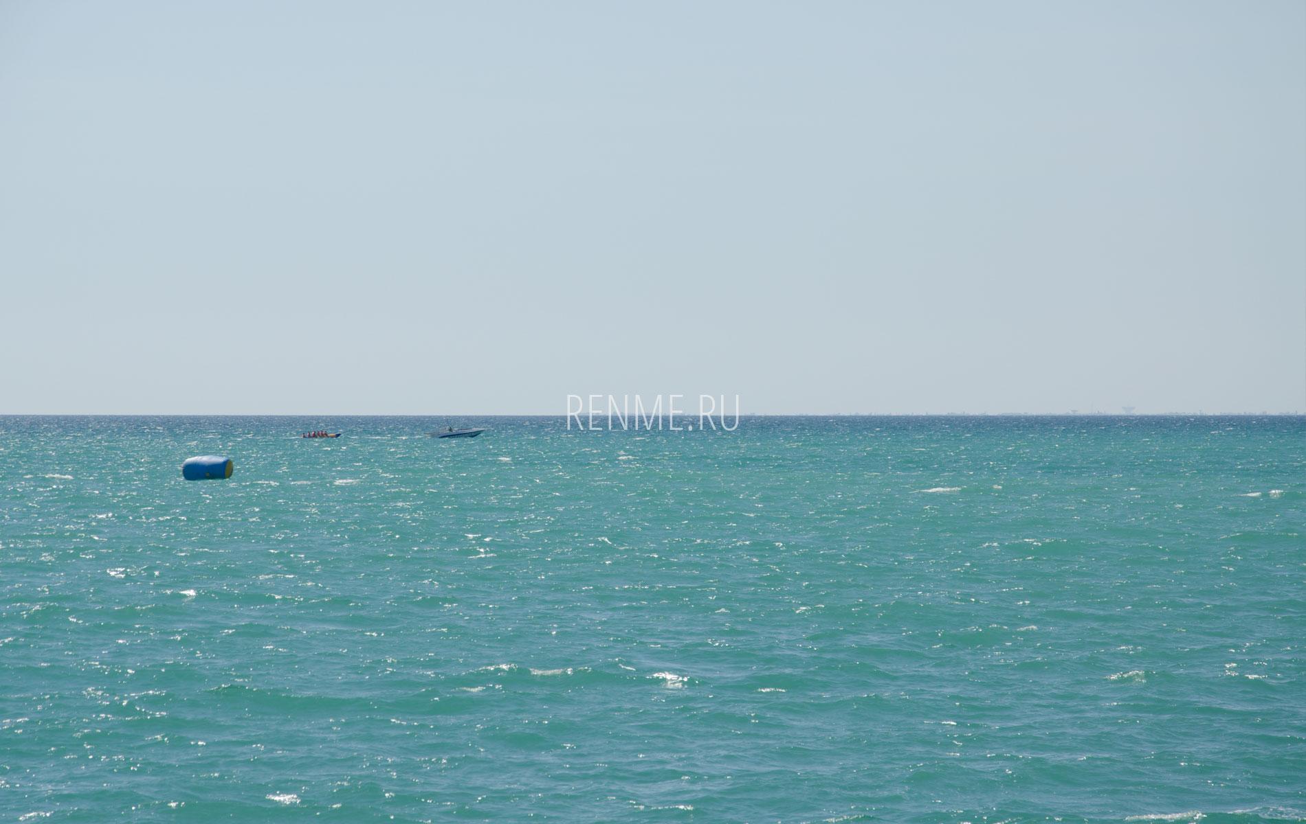Море справа от пирса. Фото Новофедоровки