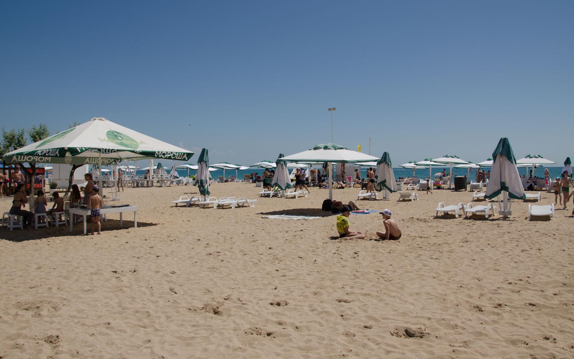 Зонтики на песчаном пляже 2019. Фото Евпатории