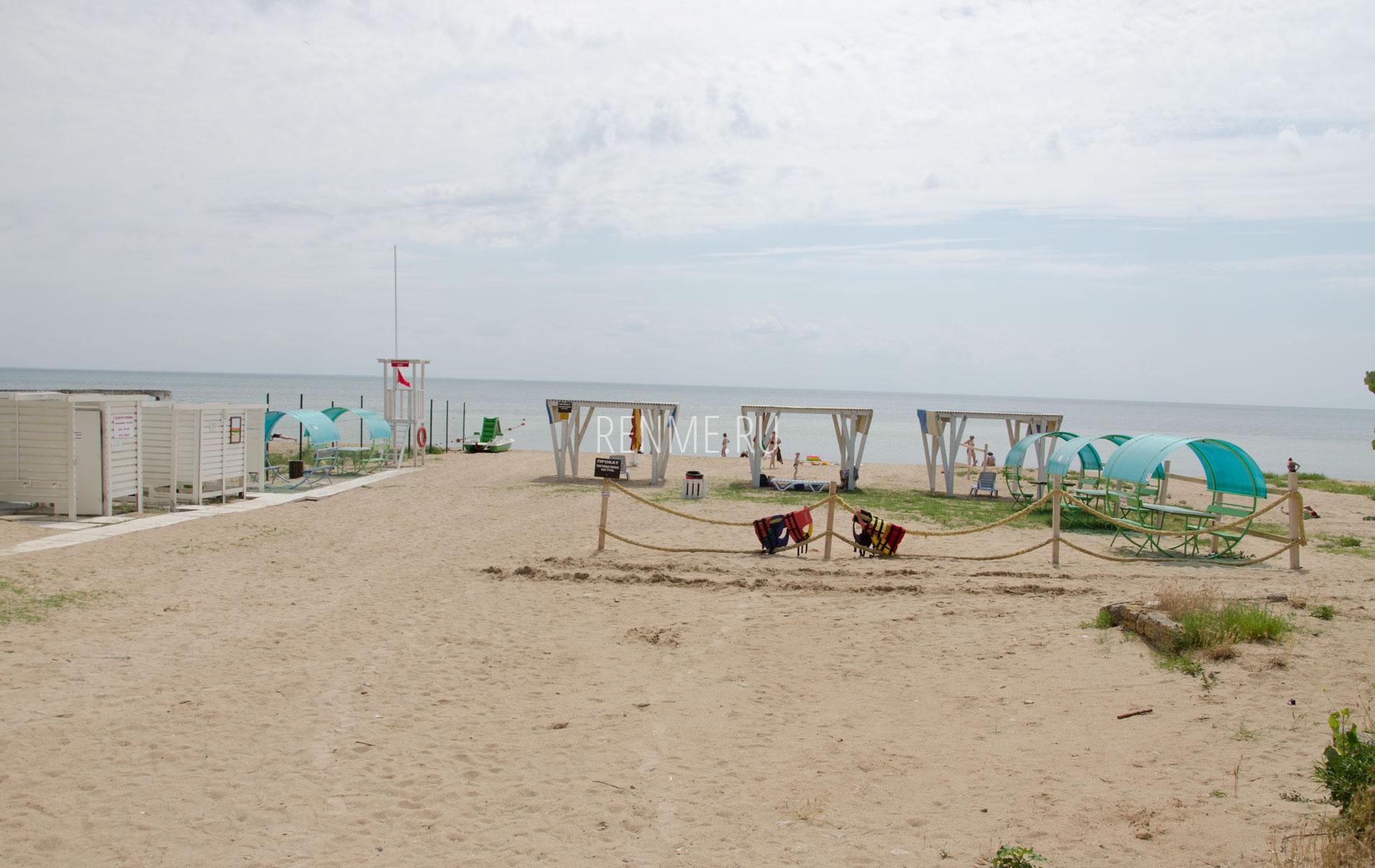 Песчаный пляж между санаториями. Фото Заозёрного