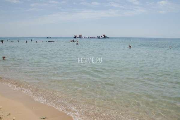 Песчаный пляж с развлечениями для детей. Фото Заозёрного