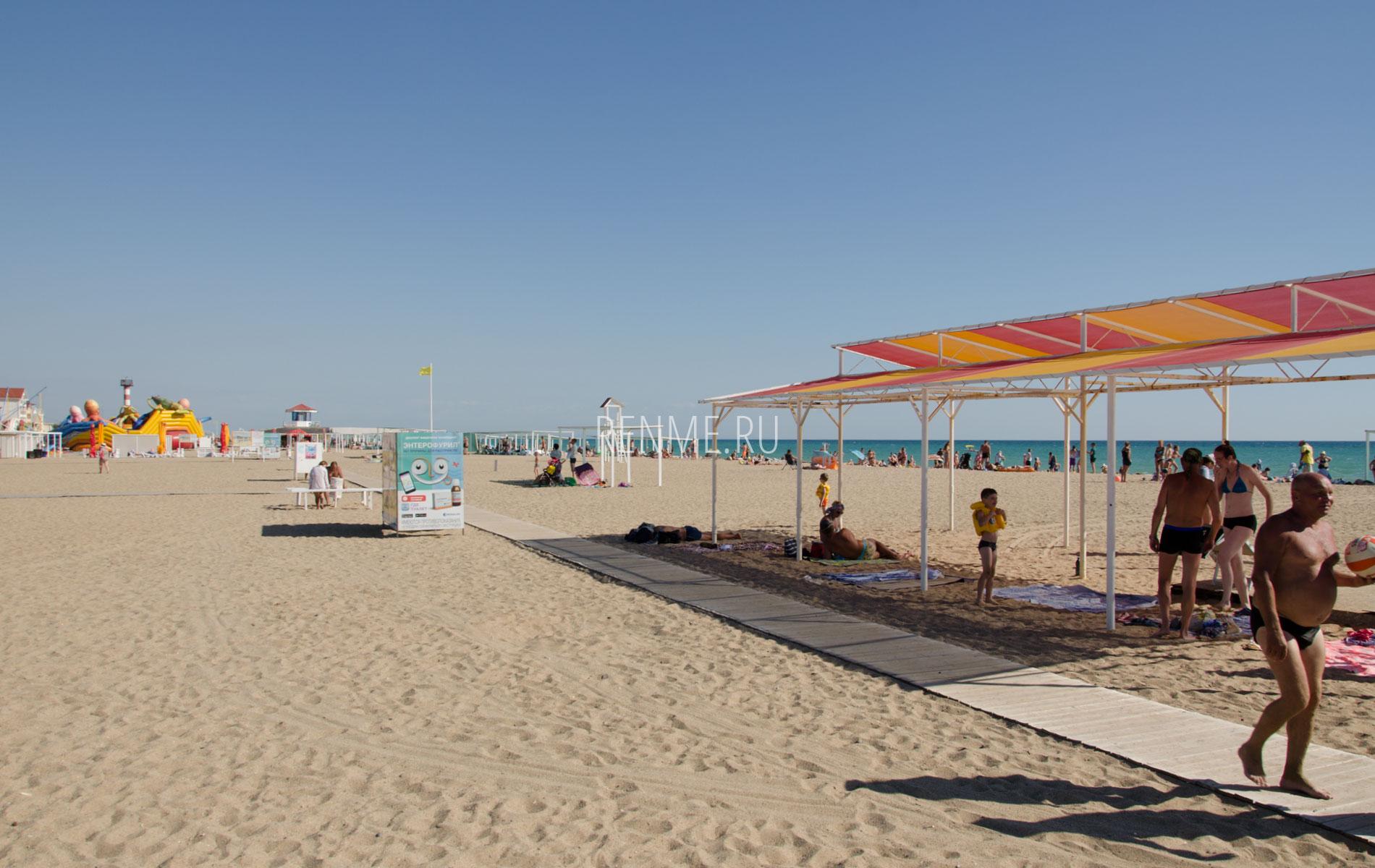 Море с песчаным пляжем в Саках. Фото Сак