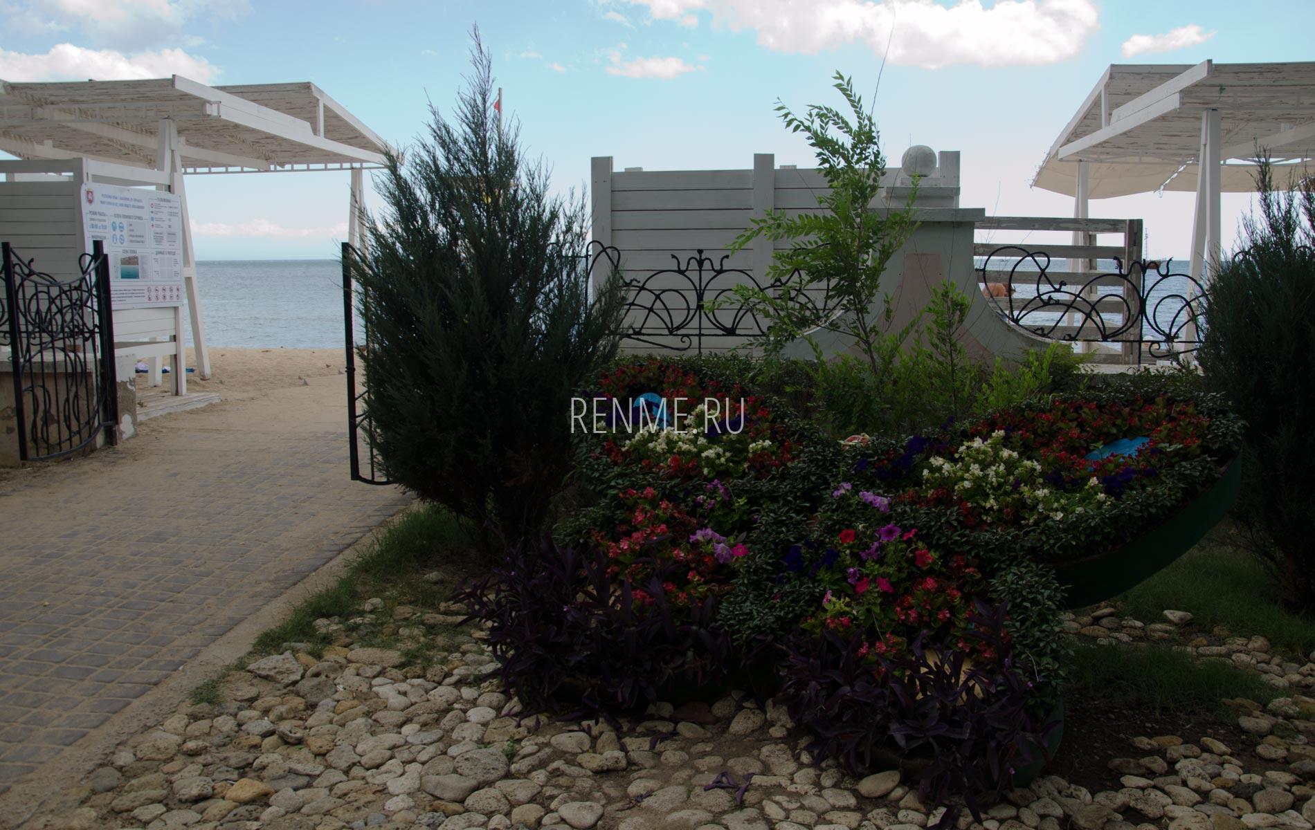 Вход на пляж с набережной. Фото Евпатории